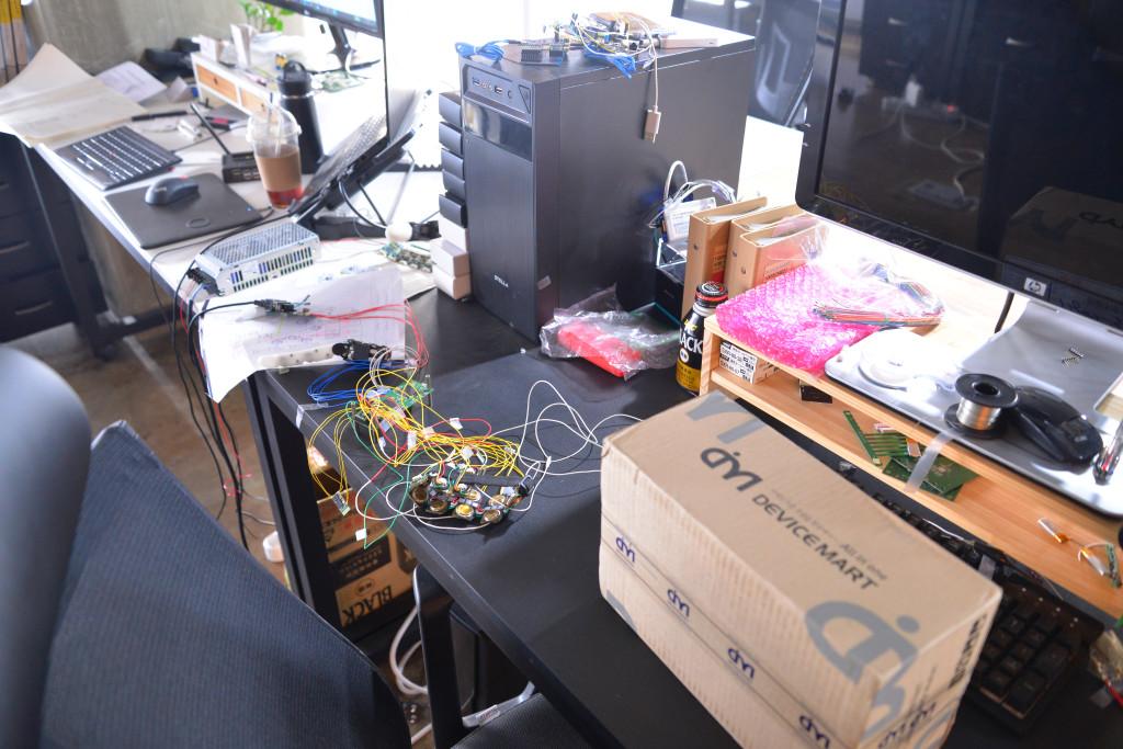 테솔라 방문 당일 책상 위 모습, 그들은 지금도 제품을 뜯고, 조립하며 다음을 준비 중이다