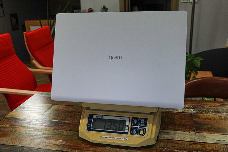 17인치 크기지만, 무게는 1.35kg에 불과하다