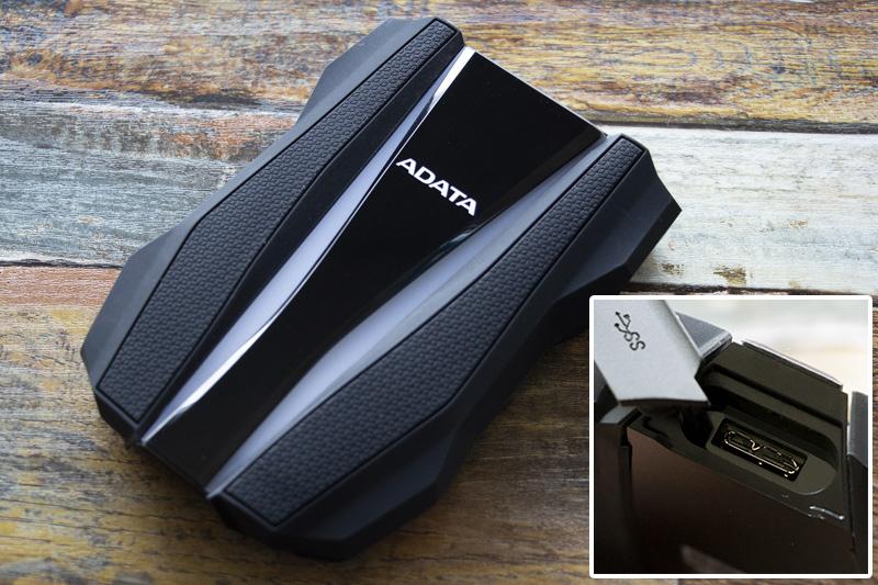 에이데이터 HD770G 듀러블은 약 270g으로 크고 무거운 편.