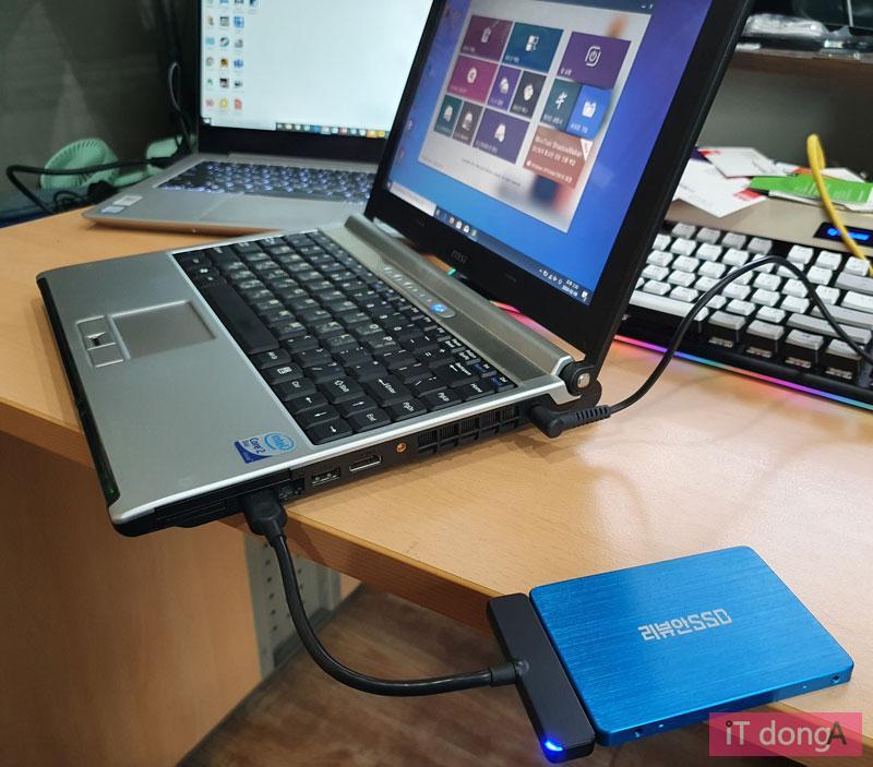 SATA-USB 변환 케이블로 새 SSD를 연결하고 미니툴 파티션 위저드로 데이터 복제 작업을 했다
