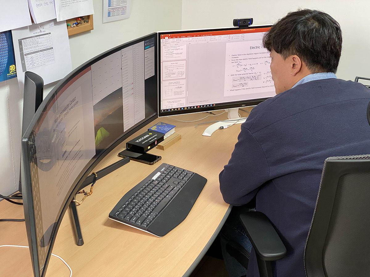 김현석 교수가 웹엑스로 실시간 온라인 강의를 진행하는 모습.