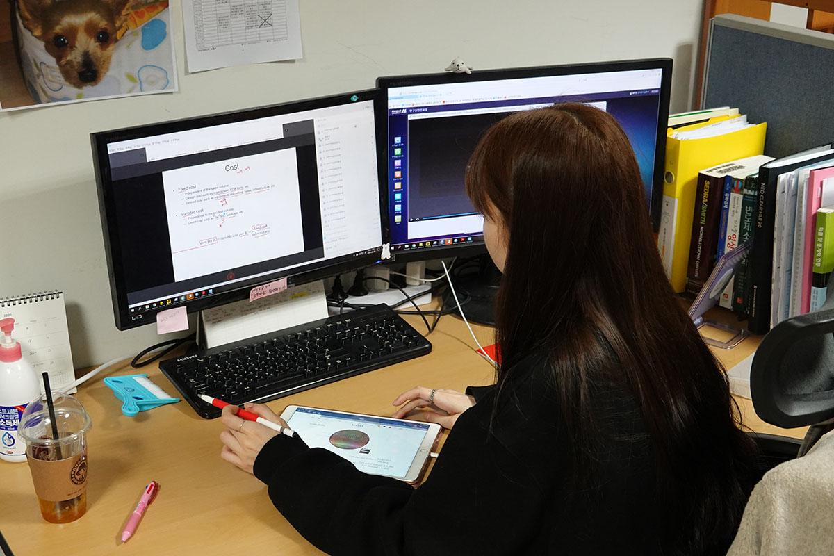 한 학생이 웹엑스로 강의를 듣는 모습. 스마트 기기를 활용하는 모습이 인상적이었다.