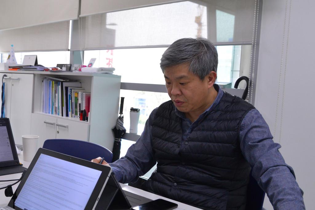 마이브를 설명하고 있는 KST일렉트릭의 김종배 대표