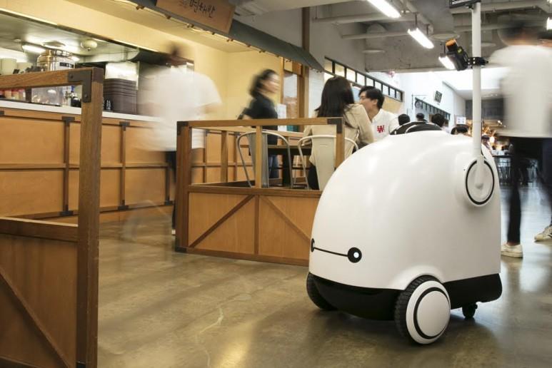 자율주행 음식배달 로봇 시제품 '딜리'의 공개 현장, 출처: 우아한 형제들