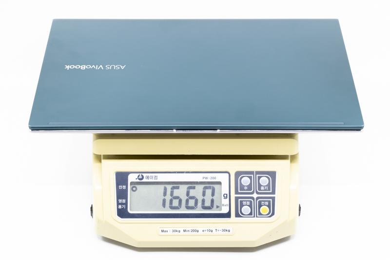 무게는 실측 기준 1.66kg, 어댑터를 포함해도 1.97kg이다. 출처=IT동아