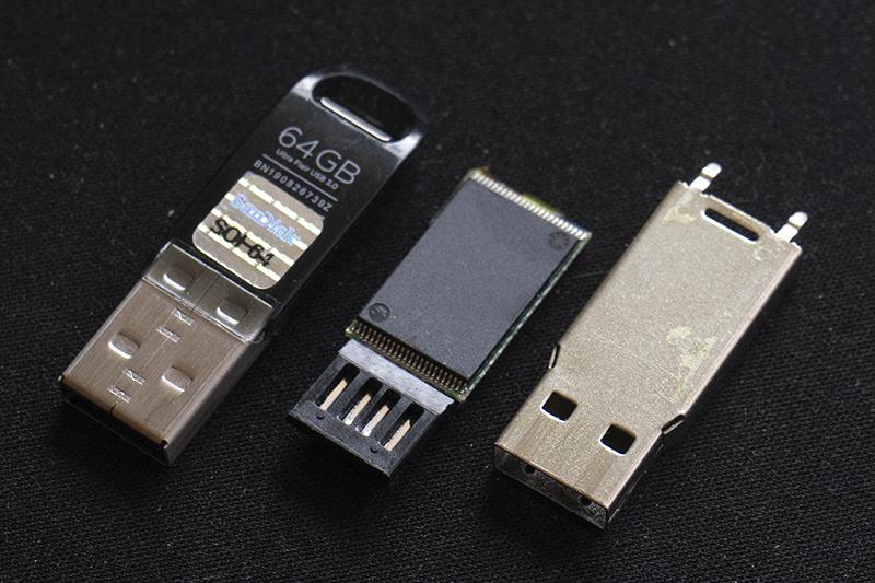USB 완제품과 USB를 분해한 예시. 중앙에 있는 게 낸드 플래시다. 출처=IT동아