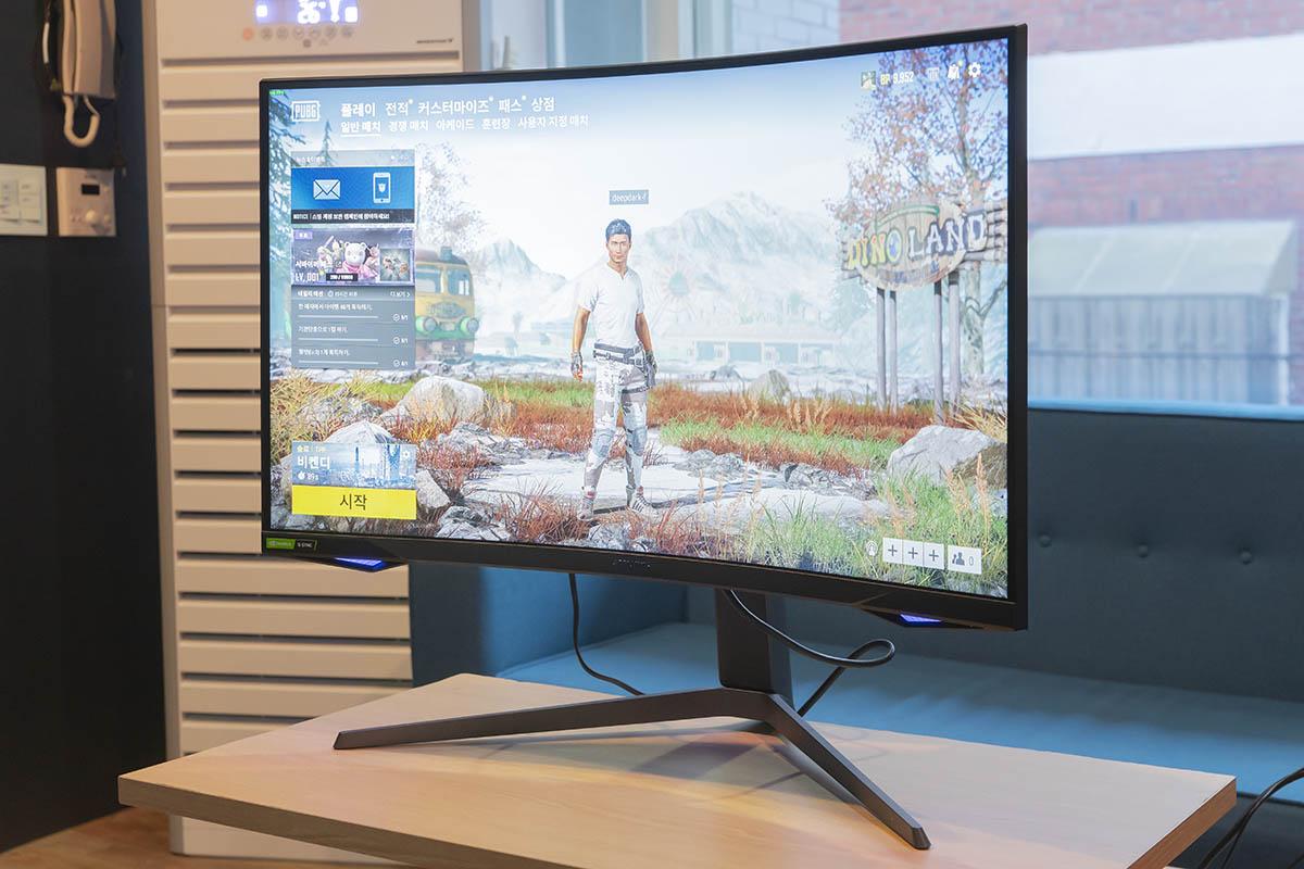 1,000R 곡률은 화면에 오롯이 집중할 수 있게 돕는다.