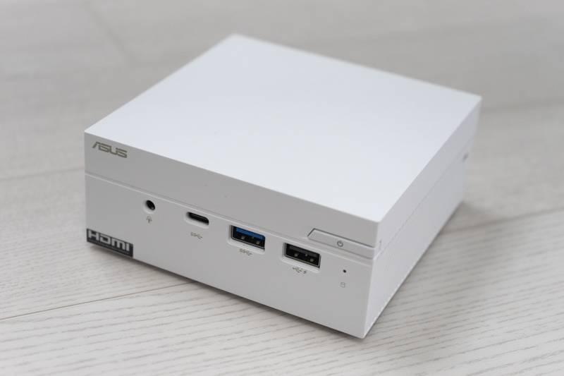 에이수스 미니 PC PN40, 크기가 11.5cm 정사각형에 높이 4.9cm로 작다. 출처=IT동아