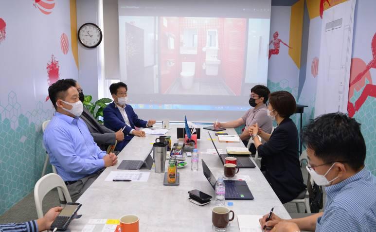 지난 9월 3일 더볼트 김보라 대표(오른쪽 가운데)와 함께 세비앙을 방문한 모습, 류인식 대표(왼쪽 위)를 비롯해 마케팅팀 대부분이 참석했다