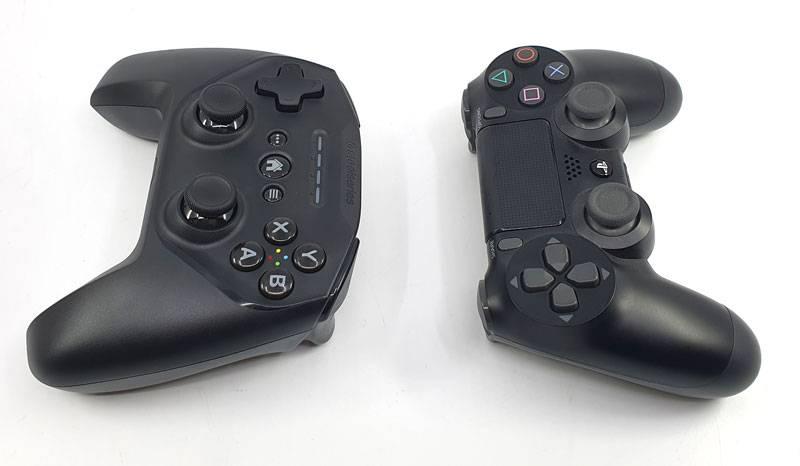 PS4용 듀얼쇼크4(오른쪽)와의 비교