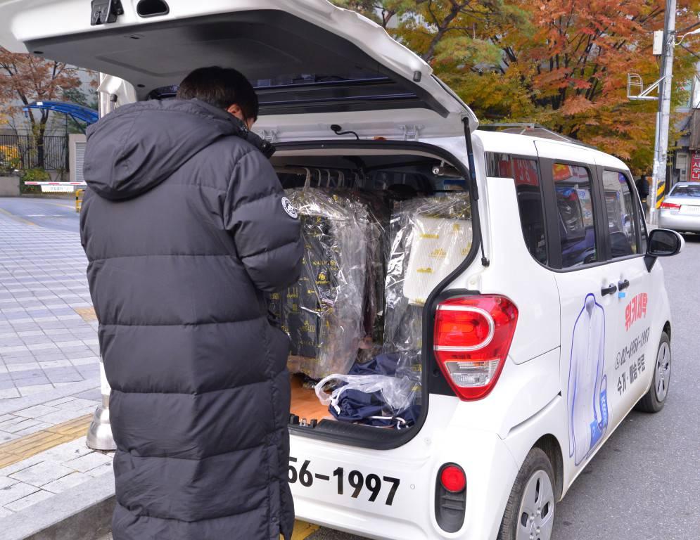 직접 세탁물을 배송하고 있는 김형욱 대표, 사진은 작년 겨울 촬영한 모습이다