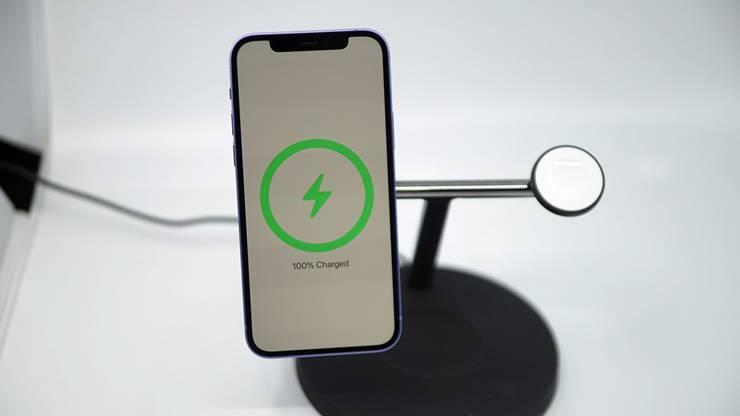 벨킨 맥세이프 충전기에 아이폰 12 퍼플을 충전시키는 모습