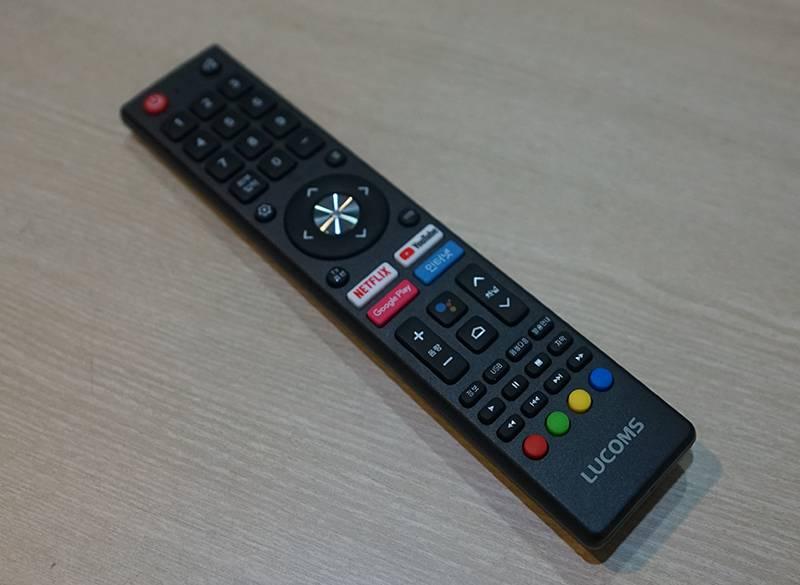 리모컨에 넷플릭스, 유튜브, 구글 플레이, 인터넷 브라우저 버튼이 각각 있다
