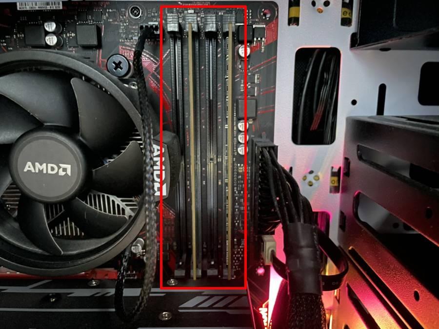 케이스를 열면 CPU 바로 옆에 보이는 길쭉한 부품이 램이다