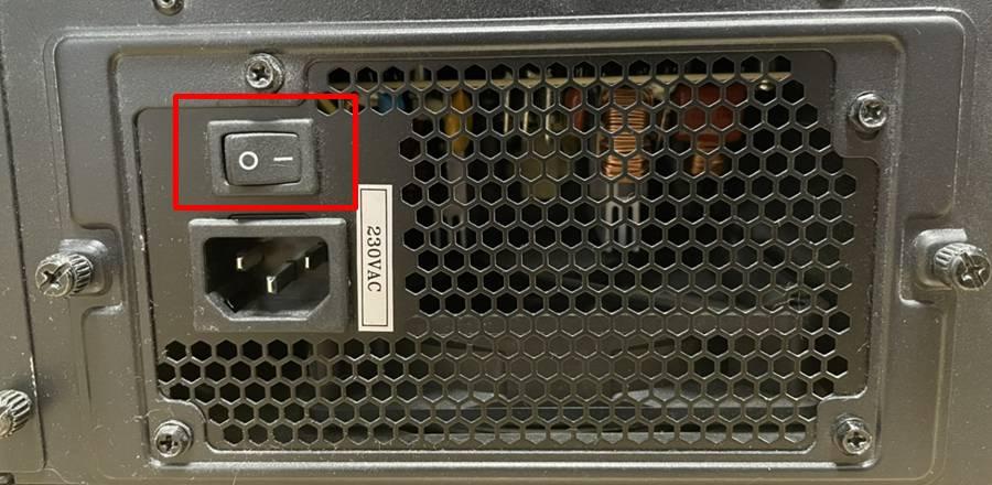 전원 버튼을 눌러도 아무 반응이 없다면, 먼저 파워 스위치부터 확인하자. 최근 나오는 컴퓨터 케이스는 대부분 파워가 가장 아래에 달려있다