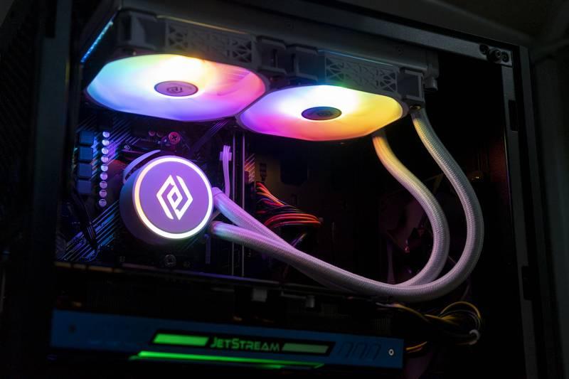 앱코 앤코어 L240 RGB는 워터 블록과 쿨링팬에 RGB LED가 점등된다. 출처=IT동아