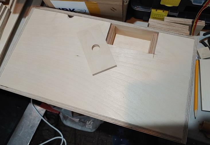 (하단 상자를 순식간에 조립! 조이스틱 구멍 등을 내야하기 때문에 일단 맞춰보기만 한 모습)
