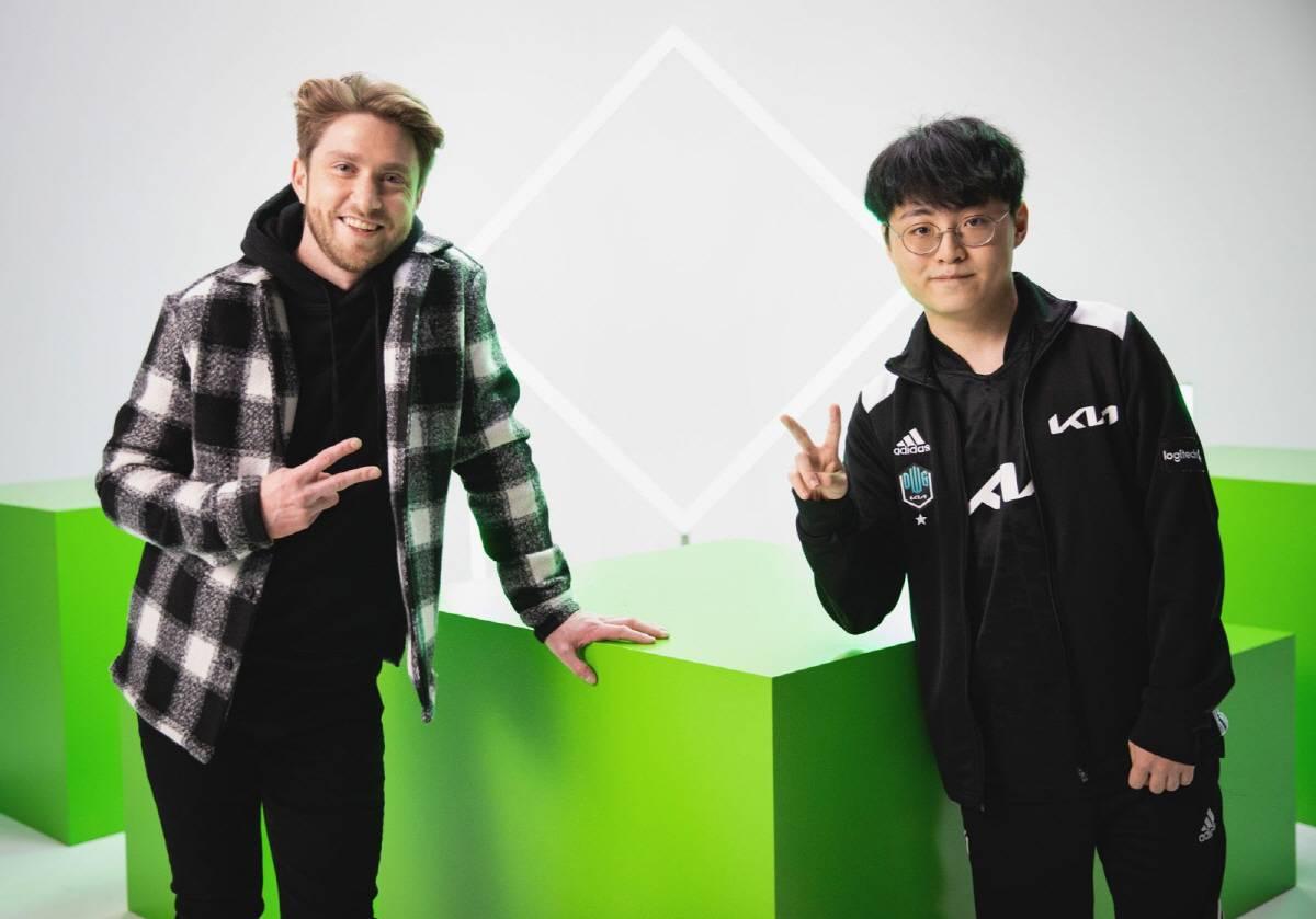 담원기아 쇼메이커 허수 선수(오른쪽)와 라이엇 호스트 제임스 대시
