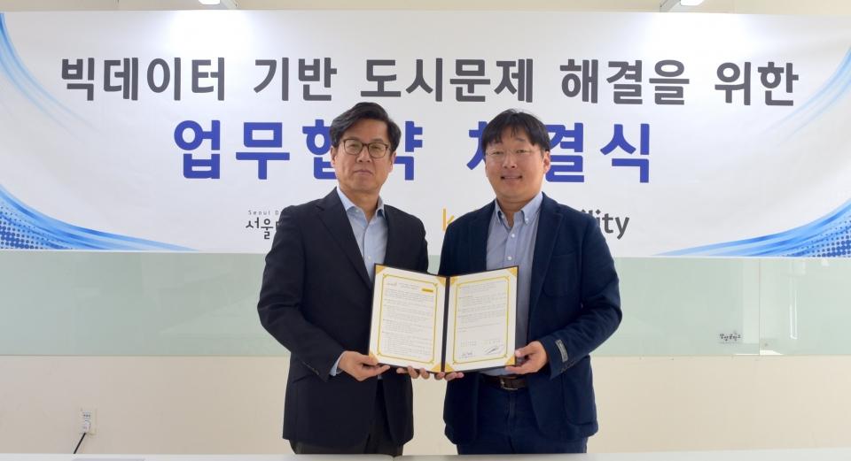 카카오모빌리티 대표 정주환(우)와 서울디지털재단 이치형 이사장(좌)이 '데이터 기반, 서울시 교통문제 해결을 위한 공동연구'를 위한 업무협약(MOU)을 체결했다. (사진=카카오모빌리티)