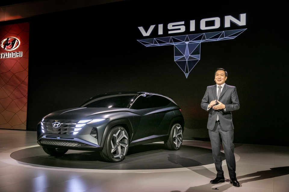 2019 LA 오토쇼에서 이상엽 현대디자인센터장 전무가 플러그인 하이브리드 SUV 콘셉트카 비전 T를 소개하고 있다.