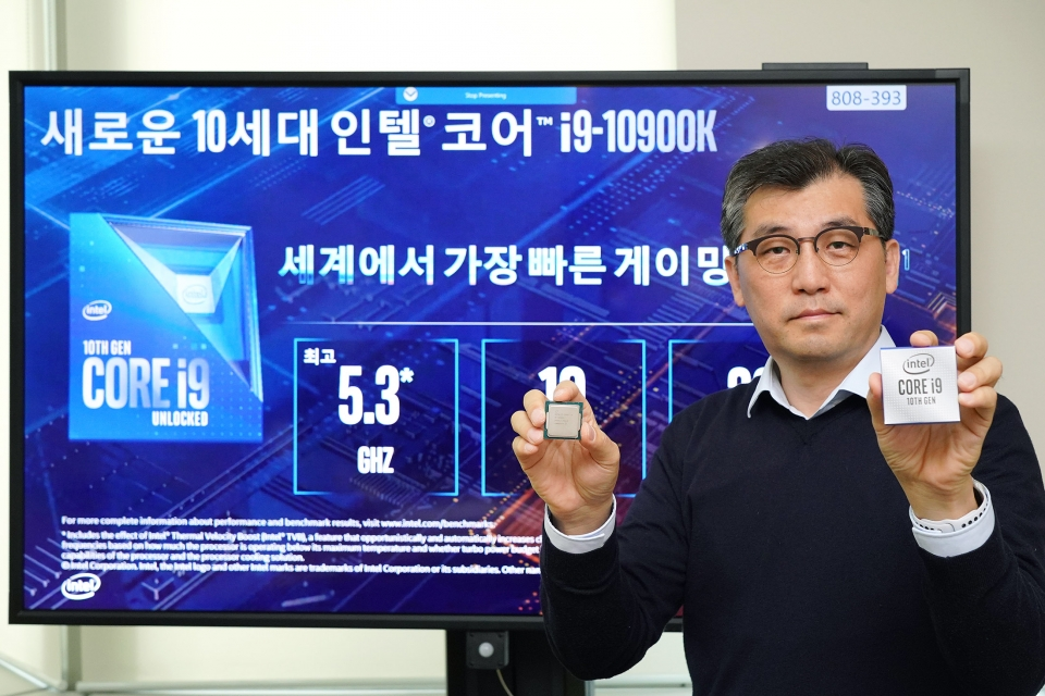 이주석 인텔 코리아 전무가 10세대 코어 S시리즈 데스크톱 프로세서를 들어보이고 있다. (사진=인텔코리아)