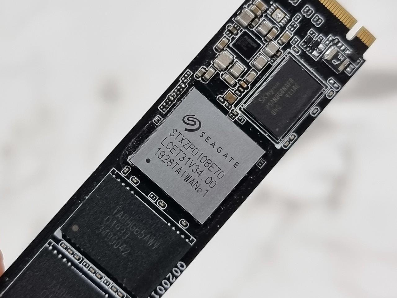 ▲ 씨게이트 STXZP010BE70 컨트롤러가 사용됐다. SK 하이닉스의 DRAM도 확인할 수 있다.
