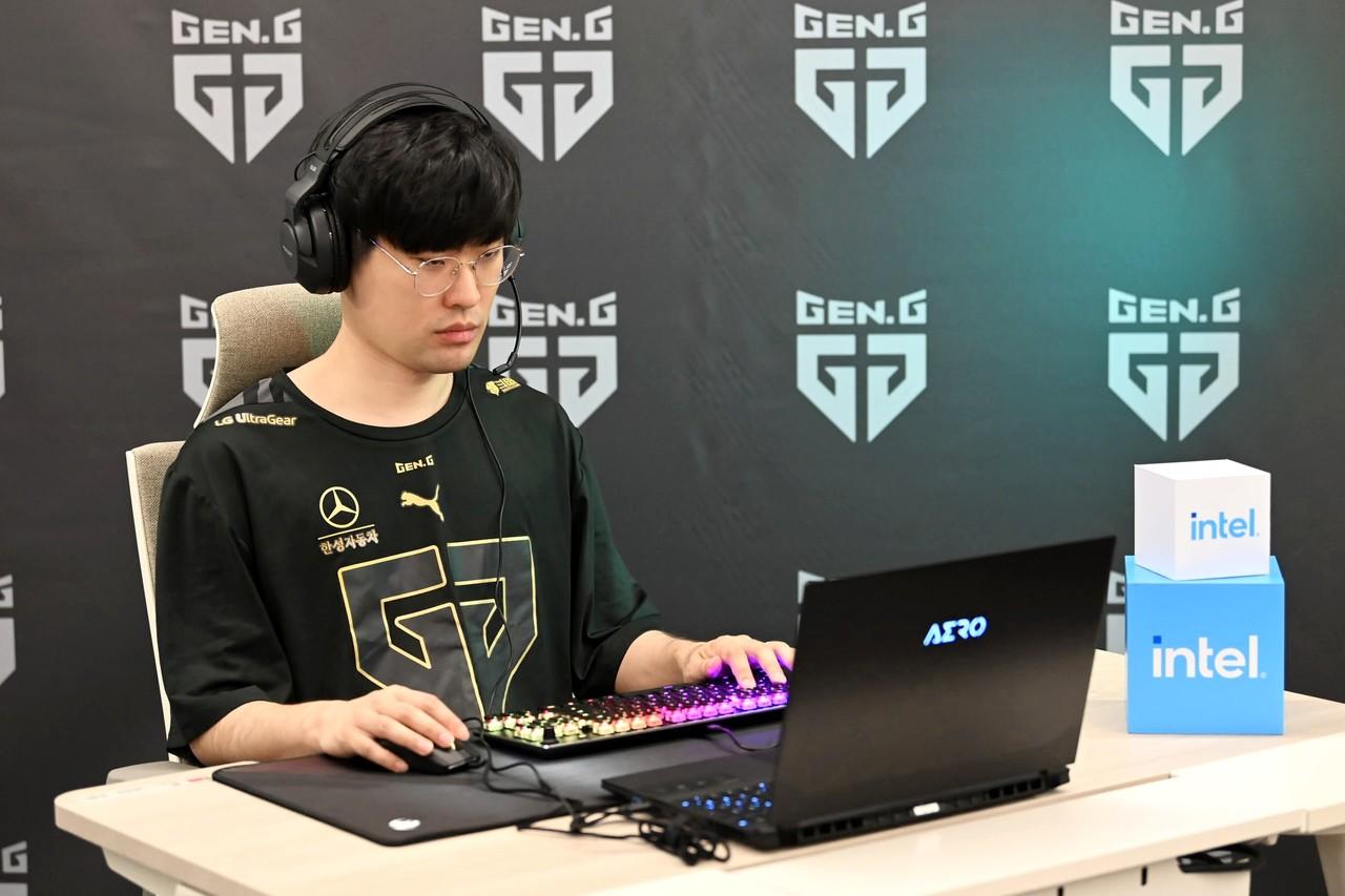 ▲ 젠지(Gen.G) e스포츠 소속 '엠비션'이 인텔 H45 모바일 프로세서가 탑재된 기가바이트 노트북을 사용하고 있다