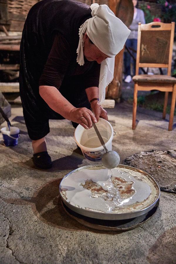 손님 접대를 위해 전통 음식 플리를 만들고 있는 할머니