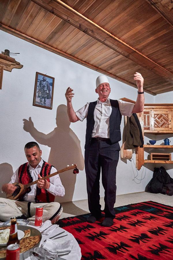 전통 가옥 쿨라에서 노래와 연주에 맞춰 춤을 추는 집주인 할아버지. 코소보에는 손님을 환대하는 정서가 강하게 남아 있다