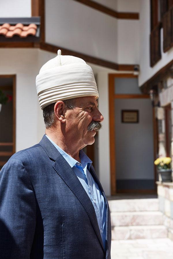양모로 만든 모자 플리스를 쓰고 있는 자코바 주민. 흰색은 설산을 상징한다고 한다