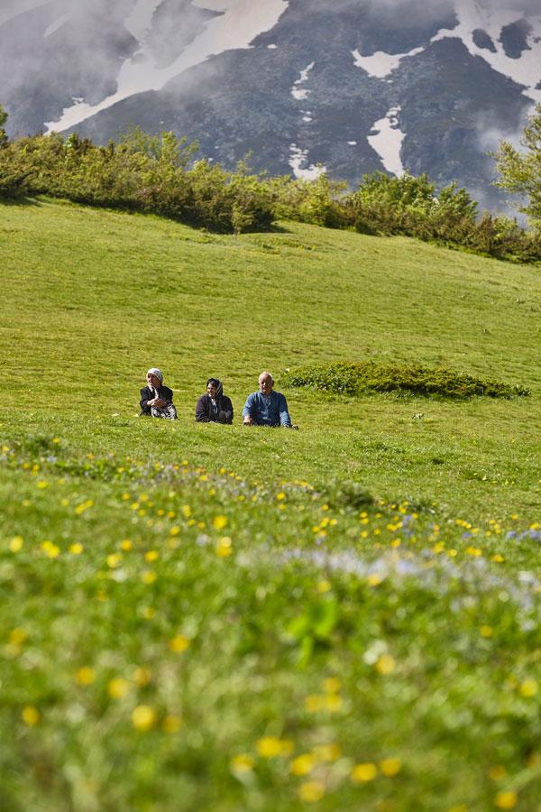 브레조비차의 너른 들판에서 편안한 시간을 보내고 있는 사람들