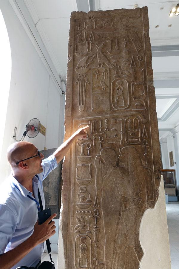 이집트 박물관 안에서 상형문자의 뜻을 설명해 주는 에즈딘 가이드