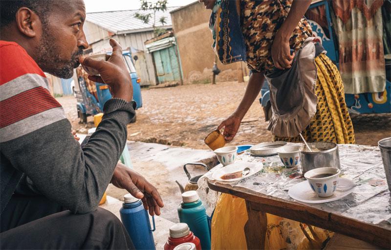 짐마 지역은 세계에서 커피를 가장 먼저 발견한 곳이다. 길 곳곳에 노천카페가 있다. 이곳에서 마시는 커피는 한 잔에 약 120원 정도다