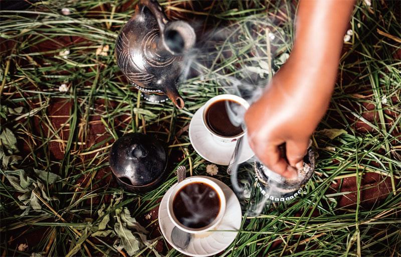 에티오피아의 커피 세리머니. 커피를 직접 볶고 끓여서 '시니'라는 잔에 따라 준다