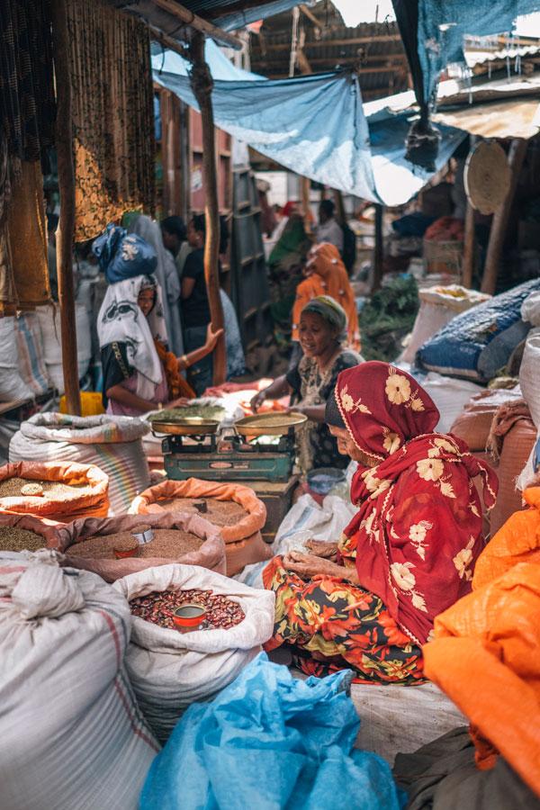 하라르 시장에서는 에티오피아의 커피와 다양한 향신료를 볼 수 있다