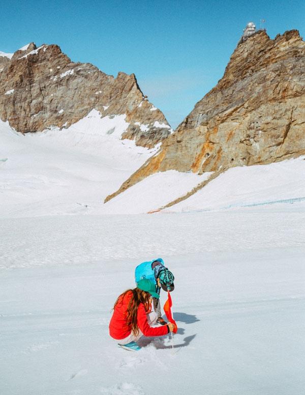 융프라우요흐 알레치 빙하 위에 발자국을 찍는다
