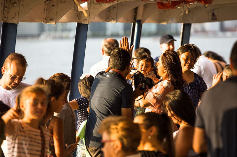 토론토 아일랜드로 가는 배는 여행자들의 웃음으로 가득 채워진다