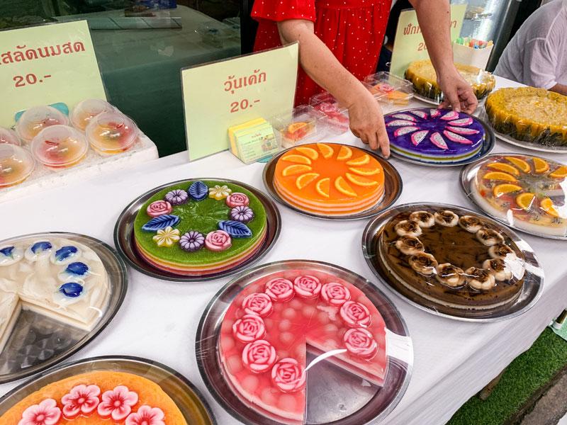 수카피반 로드에서 만난 디저트 가게. 알록달록한 케이크가 눈부터 즐겁게 만든다