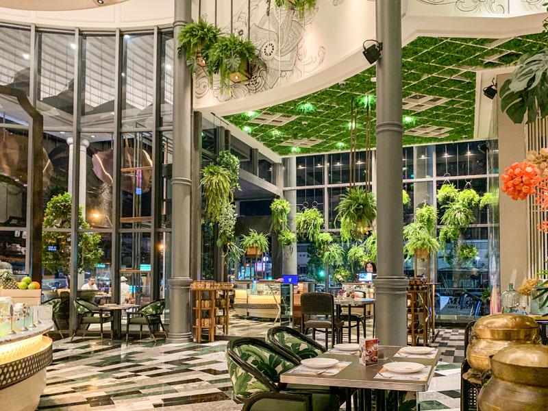 높은 천장과 깔끔한 인테리어가 돋보이는 식당, 타이 마르쉐