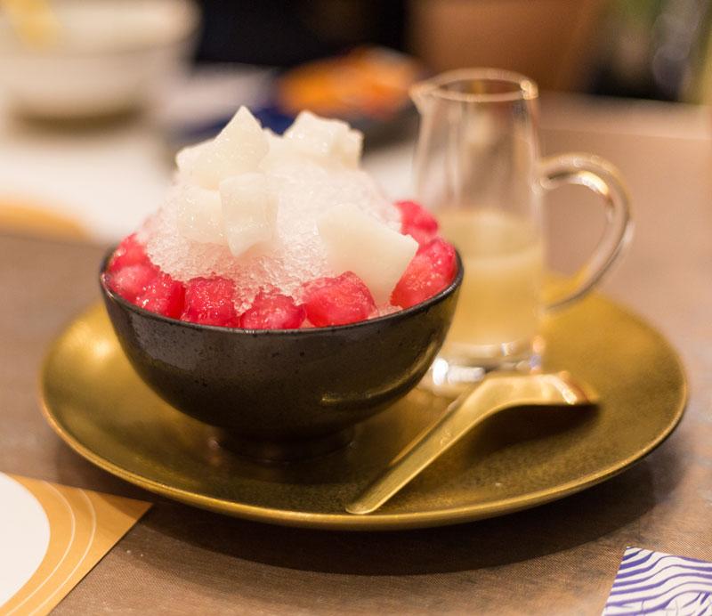 디저트 툽팀크롭(Tub Tim Krob). 코코넛 밀크에 워터 체스트넛을 올려 한 입 먹으면, 고소함과 달콤함이 함께 달려든다
