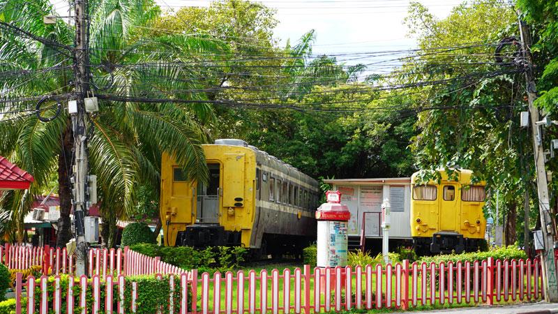 후아힌 기차역에 전시돼 있는 노란 기차