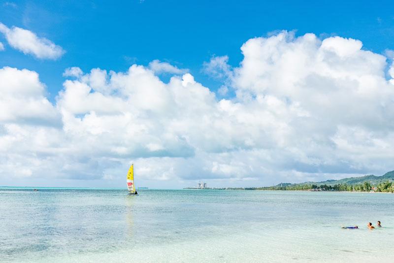 평화롭기만 한 바다에 노란 돛을 단 요트 한 척, 이로써 작품이 완성되었다