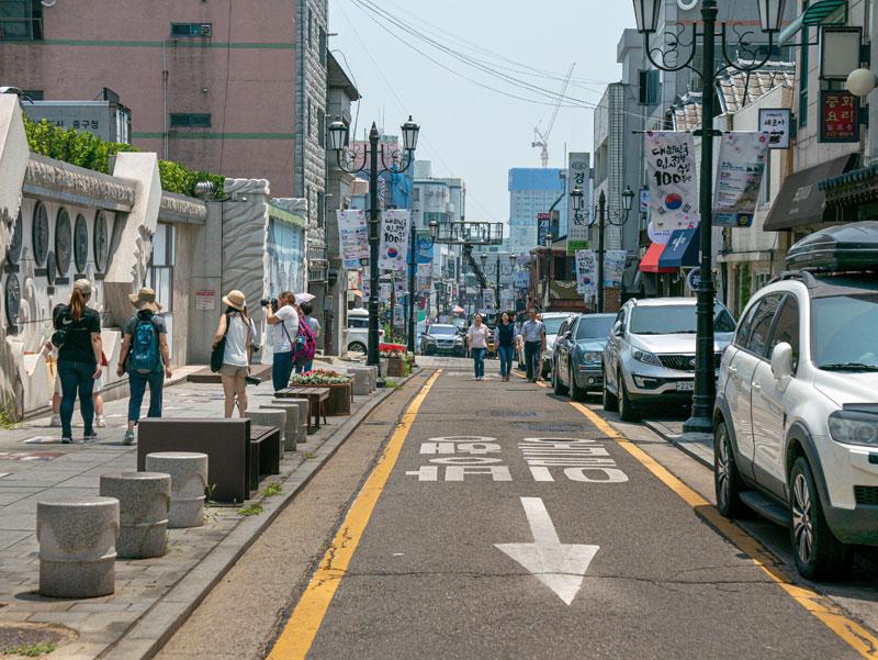 중구청 앞 도로는 개항로로 이어진다