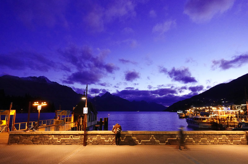 퀸스타운 시내에서 바라보는 와카티푸 호수의 밤 풍경. 주변에 레스토랑, 카페, 바가 모여 있다