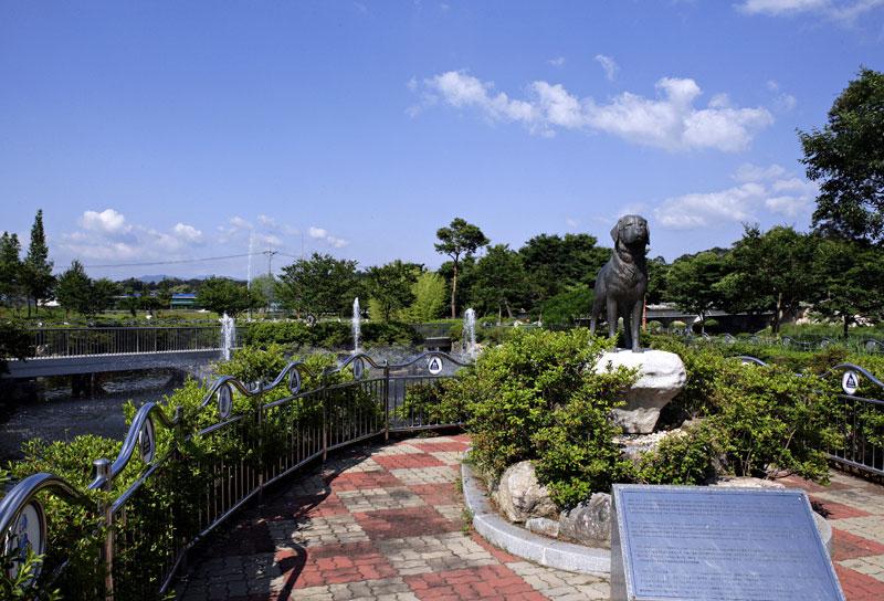 세계 각국의 충견 동상과 그들의 이야기를 만날 수 있는 오수의견공원  ⓒ오수의견공원