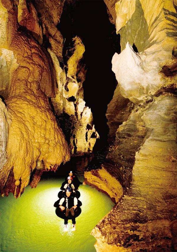 고무 튜브를 타고 동굴을 탐험하는 블랙 워터 래프팅 뉴질랜드관광청