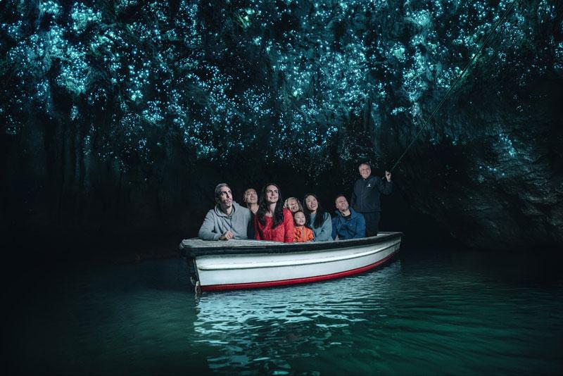 어둠이 장악한 동굴 속 보트 위에는 오직 우주뿐이다 뉴질랜드관광청