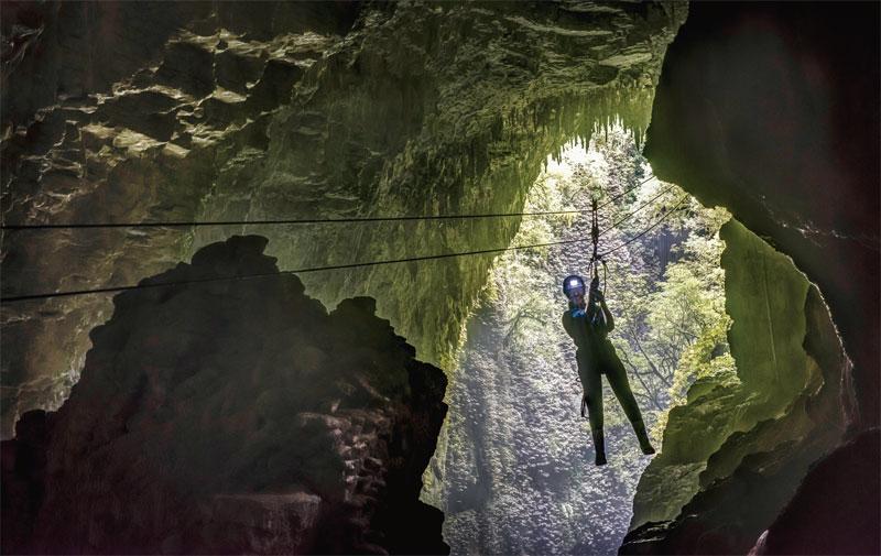 케이블을 따라 동굴 속 100m를 내려가는 집라인 투어 등 와이토모 동굴을 즐기는 방법은 여러 가지다  뉴질랜드관광청