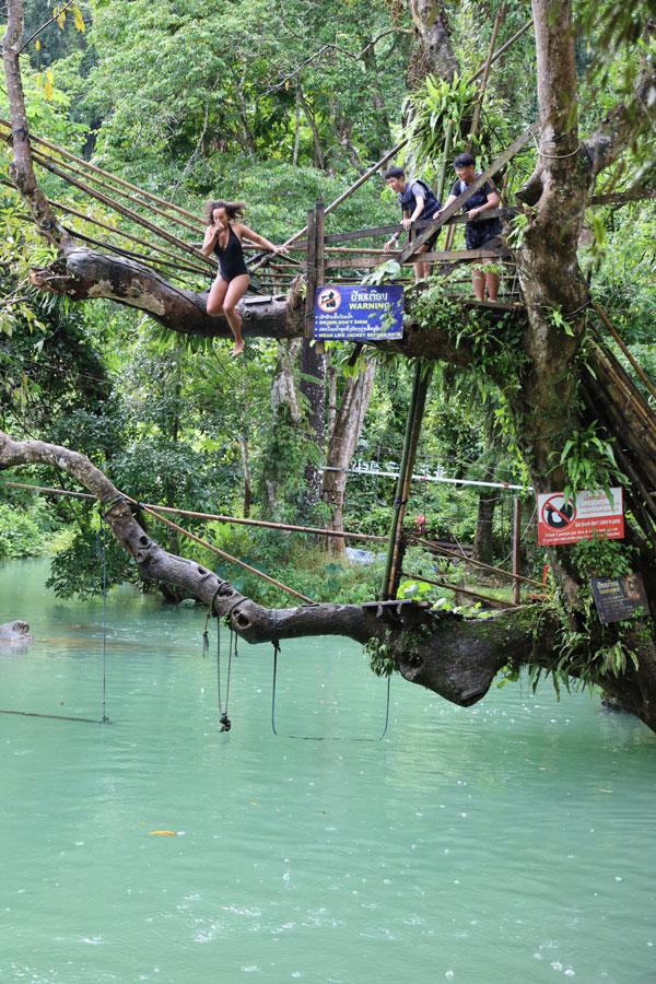 블루 라군에서 다이빙을 시도하는 여행객들