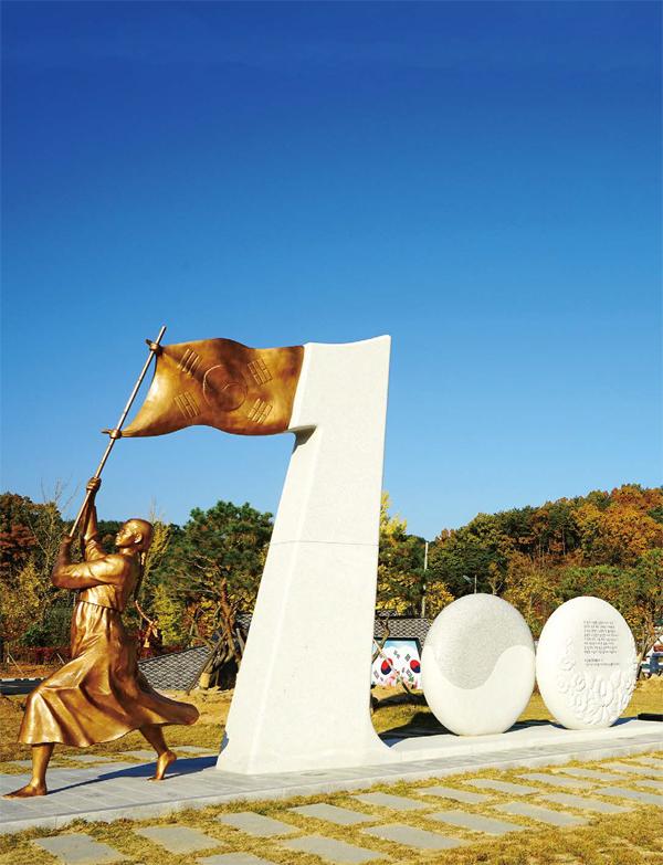 경상북도독립운동기념관을 지키고 있는 3·1운동 100주년 기념 동상